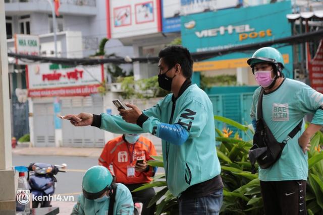 Nhiều quán ăn uống ở Sài Gòn cùng mở bán trở lại: Bún bò bán 300 tô/ngày, shipper xếp hàng mua trà sữa - Ảnh 14.