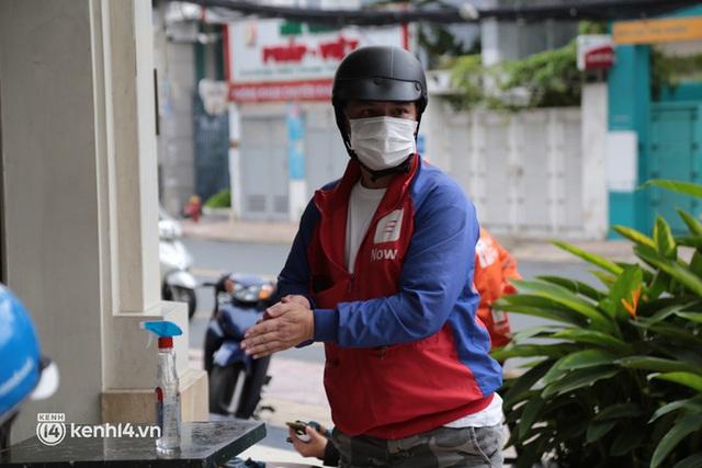 Nhiều quán ăn uống ở Sài Gòn cùng mở bán trở lại: Bún bò bán 300 tô/ngày, shipper xếp hàng mua trà sữa - Ảnh 16.