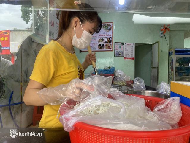 Nhiều quán ăn uống ở Sài Gòn cùng mở bán trở lại: Bún bò bán 300 tô/ngày, shipper xếp hàng mua trà sữa - Ảnh 4.