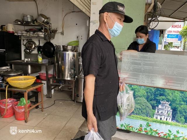 Nhiều quán ăn uống ở Sài Gòn cùng mở bán trở lại: Bún bò bán 300 tô/ngày, shipper xếp hàng mua trà sữa - Ảnh 9.