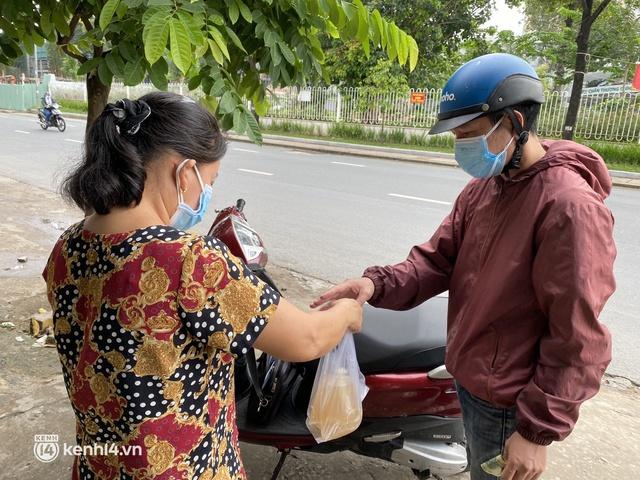 Nhiều quán ăn uống ở Sài Gòn cùng mở bán trở lại: Bún bò bán 300 tô/ngày, shipper xếp hàng mua trà sữa - Ảnh 11.