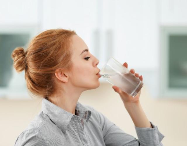 Thói quen uống nước nóng pha với nước lạnh sẽ gây hại nếu bạn không nắm rõ 3 điều quan trọng này: vi khuẩn sinh sôi, cơ thể mắc bệnh - Ảnh 3.