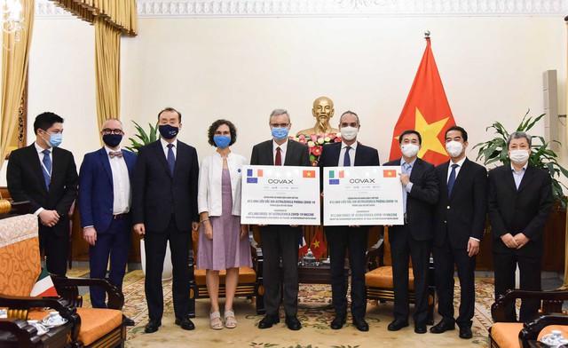 Việt Nam tiếp nhận tượng trưng 1,5 triệu liều vắc xin phòng Covid-19 do Pháp và Italy trao tặng, UNICEF thông báo thuốc đã về tới nơi - Ảnh 2.