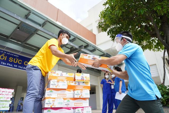 Vinamilk ủng hộ thêm 5 tỷ đồng sản phẩm dinh dưỡng và trang thiết bị y tế cho các trung tâm hồi sức tích cực và bệnh viện tuyến đầu - Ảnh 2.