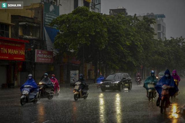 Hà Nội mưa lớn, 8h sáng nhưng trời vẫn tối sầm - Ảnh 1.