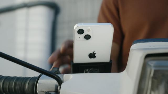 Apple quay xe: Hôm trước vừa khuyến cáo người dùng không nên gắn iPhone lên xe máy, hôm sau đã tung quảng cáo iPhone 13... được gắn lên xe máy - Ảnh 1.