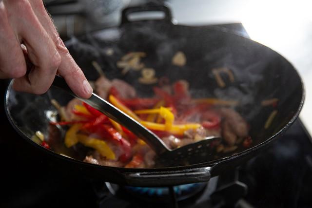 Một bữa ăn có thể sinh ra bao nhiêu chất gây ung thư? Điểm mặt 4 thói quen nấu nướng tưởng tiết kiệm nhưng cực độc hại mà nhiều người Việt phạm phải - Ảnh 1.