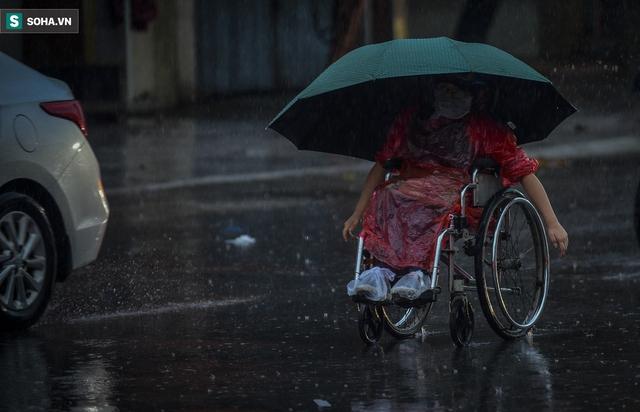 Hà Nội mưa lớn, 8h sáng nhưng trời vẫn tối sầm - Ảnh 10.