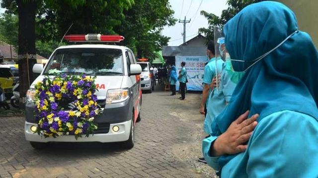 Gần 2.000 nhân viên y tế tử vong vì Covid-19: Indonesia mất bao lâu để cân bằng? - Ảnh 1.