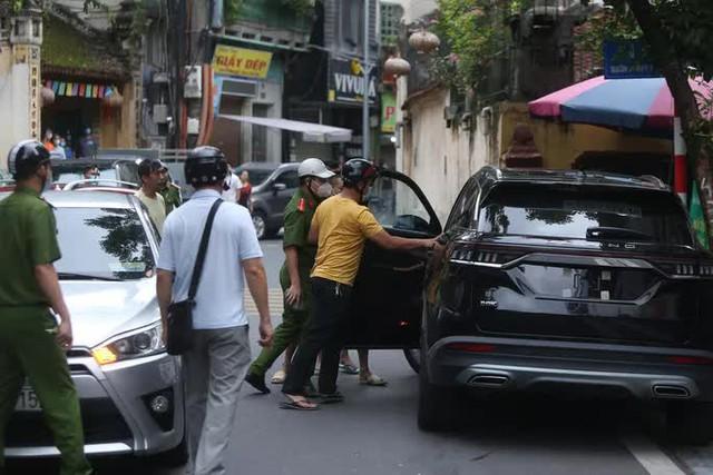Nam thanh niên lái xe Beijing không biển số đại náo tuyến phố  - Ảnh 1.