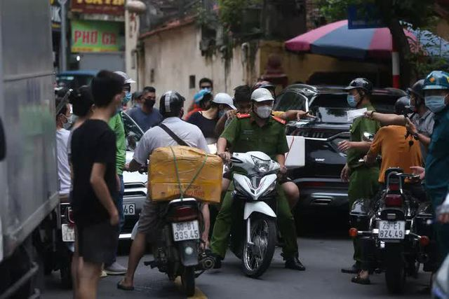 Nam thanh niên lái xe Beijing không biển số đại náo tuyến phố  - Ảnh 2.