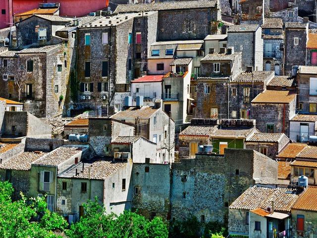 Sự thật mất lòng đằng sau cơn sốt nhà 1 euro ở Ý: Khu bất động sản chỉ bằng 1 cốc cafe nhưng mất hàng trăm nghìn đô để tu sửa - Ảnh 1.