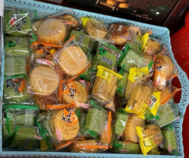 Bánh Trung thu siêu rẻ, bán theo cân tràn chợ mạng - Ảnh 3.