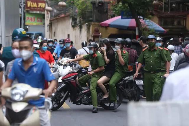 Nam thanh niên lái xe Beijing không biển số đại náo tuyến phố  - Ảnh 3.