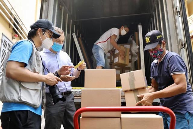 Cận cảnh hơn 850.000 liều vắc xin của Đức được chuyển về kho lạnh tại Hà Nội - Ảnh 5.