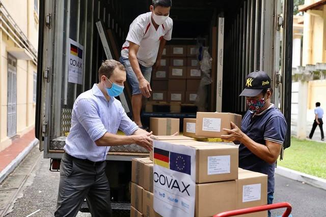 Cận cảnh hơn 850.000 liều vắc xin của Đức được chuyển về kho lạnh tại Hà Nội - Ảnh 6.