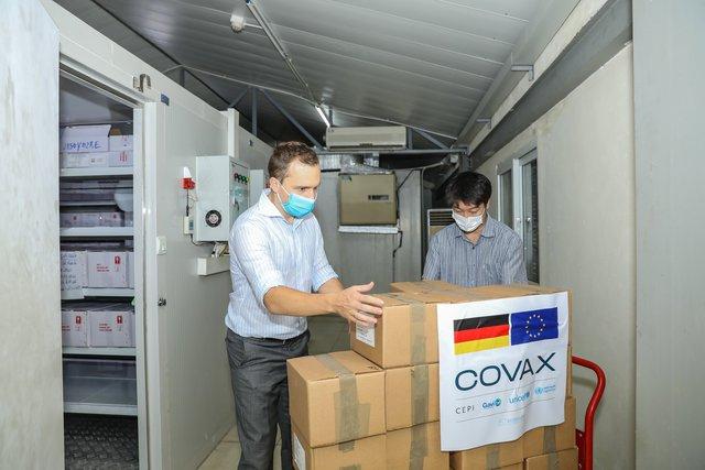 Cận cảnh hơn 850.000 liều vắc xin của Đức được chuyển về kho lạnh tại Hà Nội - Ảnh 7.