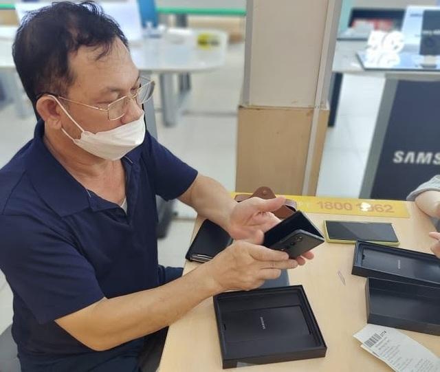 Samsung mở bán Galaxy Z Fold3, Z Flip3 tại Việt Nam, ghi nhận doanh số kỷ lục - Ảnh 1.