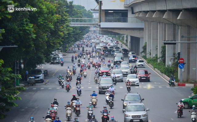 Ảnh: Đường phố Hà Nội đông nghịt sau khi dỡ bỏ toàn bộ chốt phân vùng, nới lỏng giãn cách xã hội - Ảnh 1.