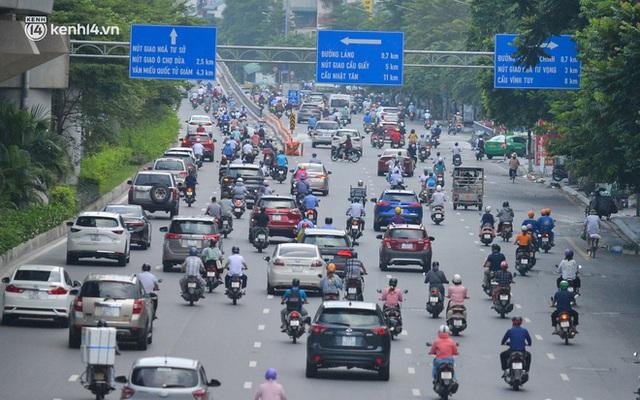 Ảnh: Đường phố Hà Nội đông nghịt sau khi dỡ bỏ toàn bộ chốt phân vùng, nới lỏng giãn cách xã hội - Ảnh 2.