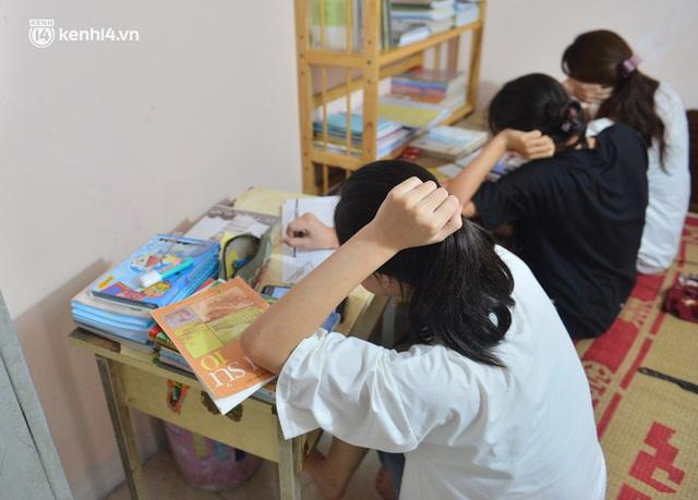 Quay cuồng cảnh học online trong gia đình 8 người con ở Hà Nội: Đứa mượn điện thoại, đứa đi học nhờ, đứa tranh thủ học ké khi anh chị được ra chơi - Ảnh 1.