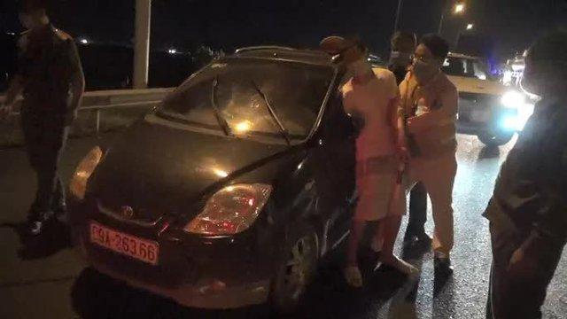 CLIP: Bắt người đàn ông lái xe ôtô bỏ trốn khỏi khu cách ly  - Ảnh 1.
