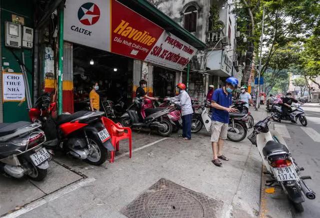 CLIP: Được mở trở lại, nhiều cửa hàng sửa chữa xe máy từ chối nhận khách vì quá tải  - Ảnh 2.