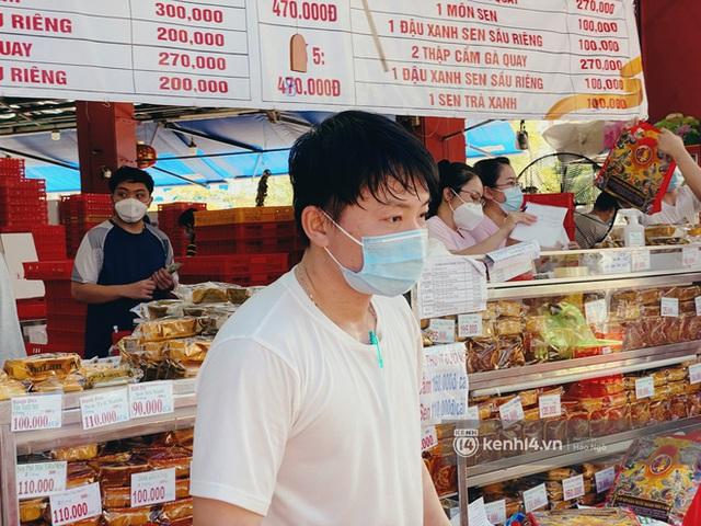 Bánh Trung thu Như Lan có 50 tuổi vẫn hot nhất Sài Gòn: Shipper đợi 2 tiếng chưa tới lượt, khách sộp mua hẳn 11 triệu tiền bánh! - Ảnh 12.