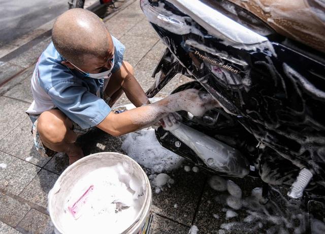 CLIP: Được mở trở lại, nhiều cửa hàng sửa chữa xe máy từ chối nhận khách vì quá tải  - Ảnh 13.