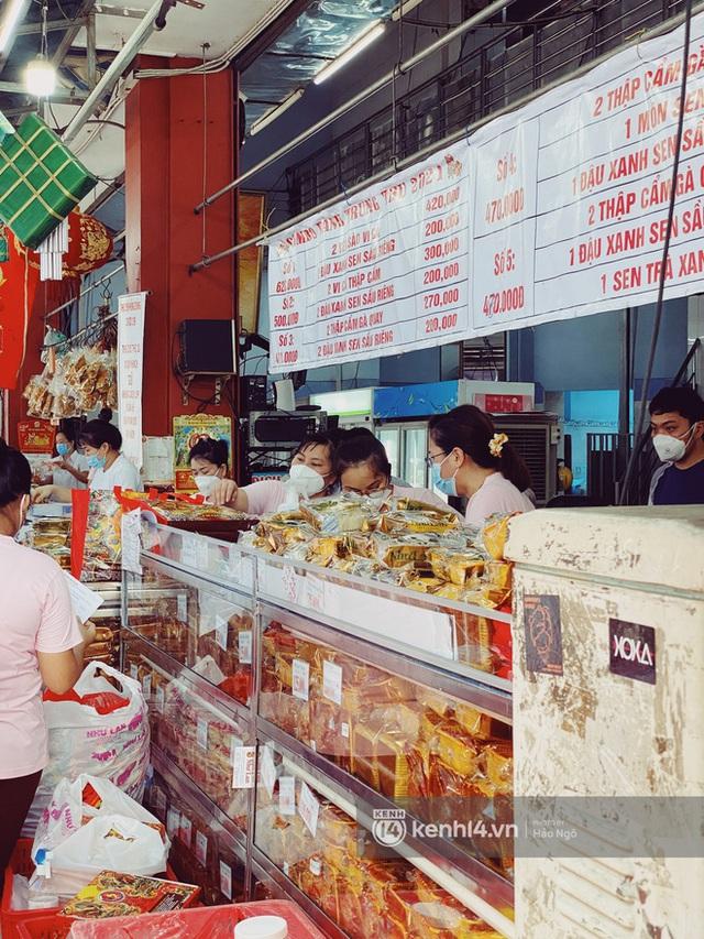Bánh Trung thu Như Lan có 50 tuổi vẫn hot nhất Sài Gòn: Shipper đợi 2 tiếng chưa tới lượt, khách sộp mua hẳn 11 triệu tiền bánh! - Ảnh 4.