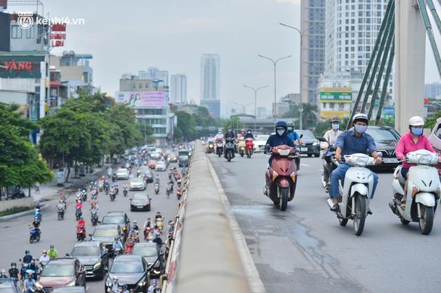 Ảnh: Đường phố Hà Nội đông nghịt sau khi dỡ bỏ toàn bộ chốt phân vùng, nới lỏng giãn cách xã hội - Ảnh 3.