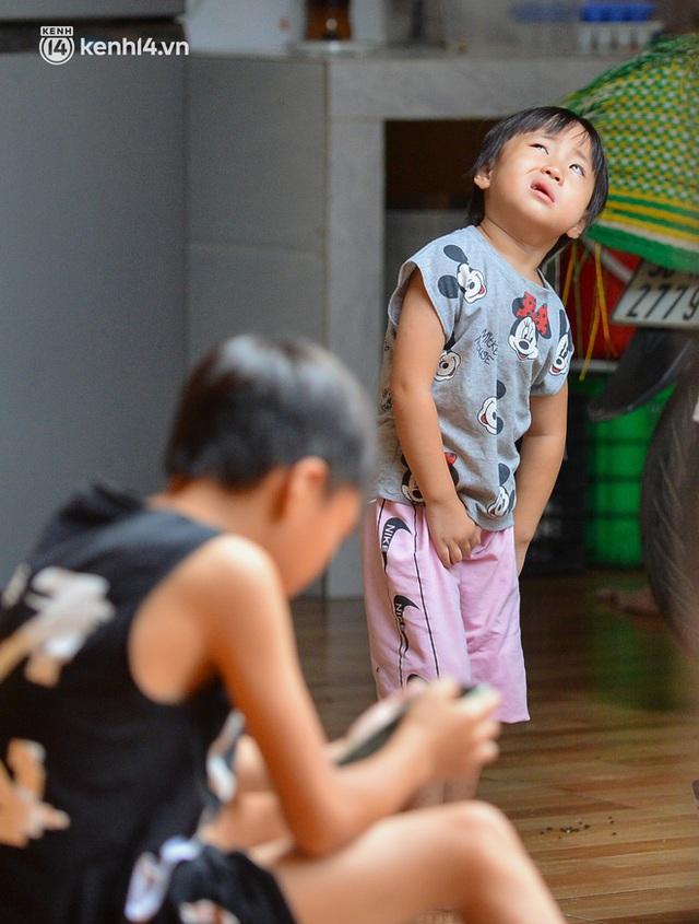 Quay cuồng cảnh học online trong gia đình 8 người con ở Hà Nội: Đứa mượn điện thoại, đứa đi học nhờ, đứa tranh thủ học ké khi anh chị được ra chơi - Ảnh 3.