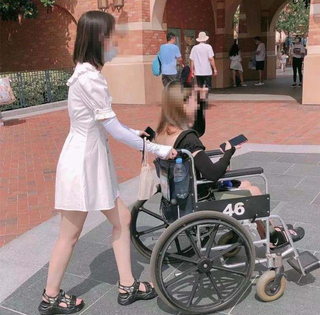 Góc khó hiểu: Giới trẻ Trung Quốc thuê xe lăn ở Disneyland vì... lười đi bộ? - Ảnh 3.