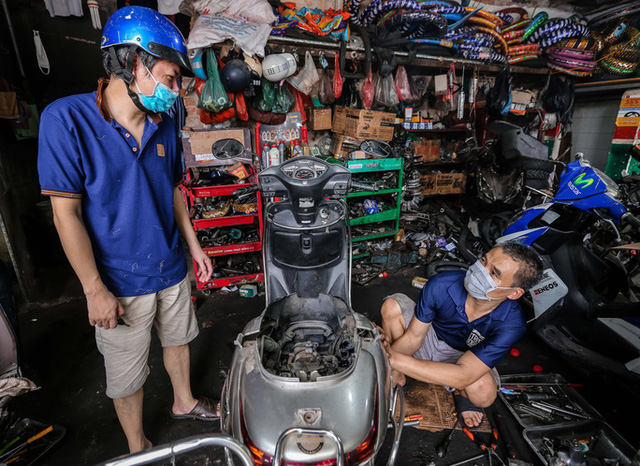 CLIP: Được mở trở lại, nhiều cửa hàng sửa chữa xe máy từ chối nhận khách vì quá tải  - Ảnh 4.