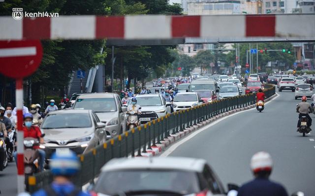Ảnh: Đường phố Hà Nội đông nghịt sau khi dỡ bỏ toàn bộ chốt phân vùng, nới lỏng giãn cách xã hội - Ảnh 4.