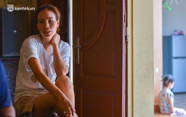 Quay cuồng cảnh học online trong gia đình 8 người con ở Hà Nội: Đứa mượn điện thoại, đứa đi học nhờ, đứa tranh thủ học ké khi anh chị được ra chơi - Ảnh 4.
