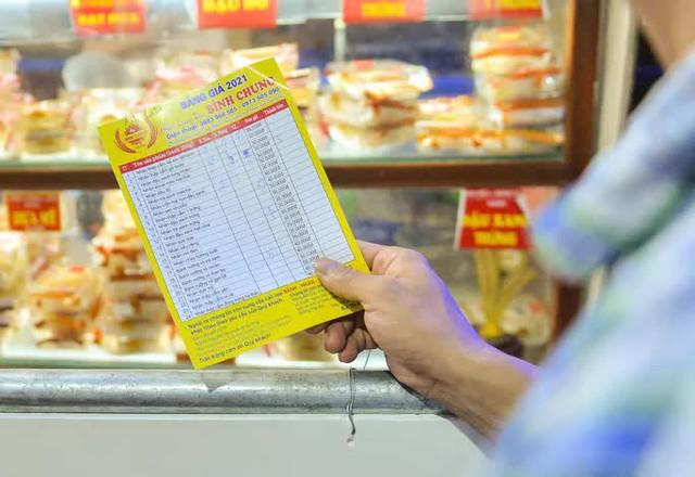 Rồng rắn xếp hàng mua bánh trung thu trong ngày nới lỏng giãn cách vùng xanh - Ảnh 5.