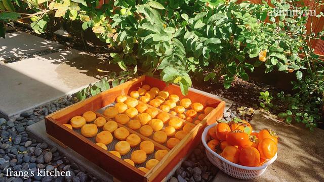 Hồng giòn vào vụ ăn không hết, mẹ Việt ở Mỹ treo khô gửi biếu người thân trong nước, dùng cả năm vẫn giữ nguyên hương vị - Ảnh 5.