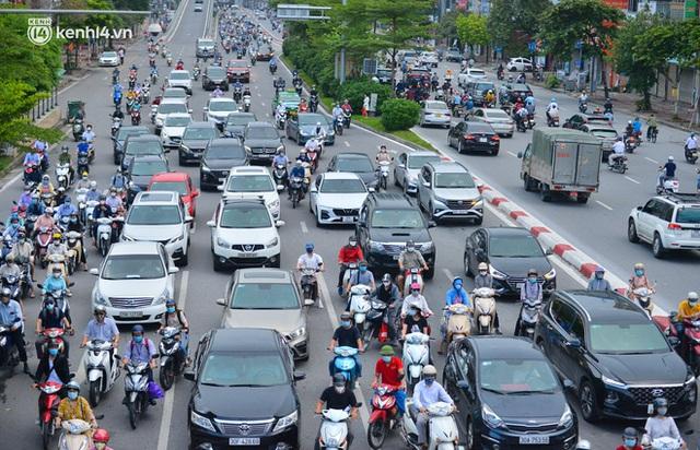 Ảnh: Đường phố Hà Nội đông nghịt sau khi dỡ bỏ toàn bộ chốt phân vùng, nới lỏng giãn cách xã hội - Ảnh 5.