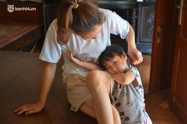 Quay cuồng cảnh học online trong gia đình 8 người con ở Hà Nội: Đứa mượn điện thoại, đứa đi học nhờ, đứa tranh thủ học ké khi anh chị được ra chơi - Ảnh 5.