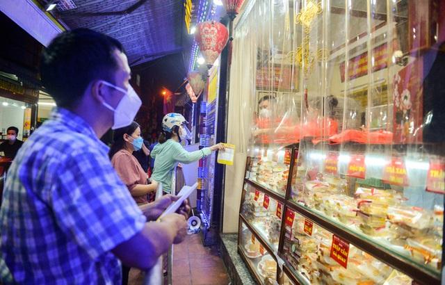 Rồng rắn xếp hàng mua bánh trung thu trong ngày nới lỏng giãn cách vùng xanh - Ảnh 6.