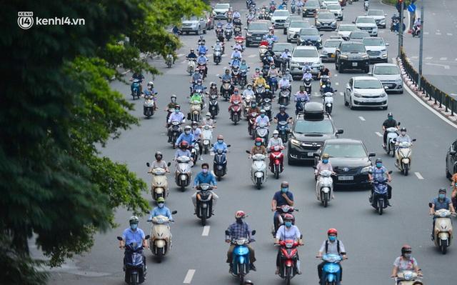 Ảnh: Đường phố Hà Nội đông nghịt sau khi dỡ bỏ toàn bộ chốt phân vùng, nới lỏng giãn cách xã hội - Ảnh 6.