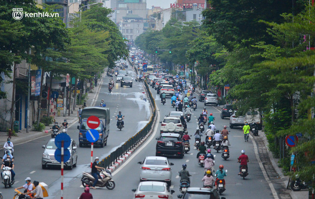 Ảnh: Đường phố Hà Nội đông nghịt sau khi dỡ bỏ toàn bộ chốt phân vùng, nới lỏng giãn cách xã hội - Ảnh 7.