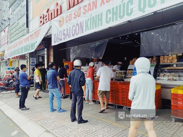 Bánh Trung thu Như Lan có 50 tuổi vẫn hot nhất Sài Gòn: Shipper đợi 2 tiếng chưa tới lượt, khách sộp mua hẳn 11 triệu tiền bánh! - Ảnh 11.