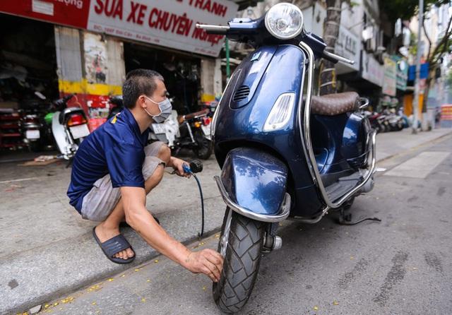 CLIP: Được mở trở lại, nhiều cửa hàng sửa chữa xe máy từ chối nhận khách vì quá tải  - Ảnh 11.