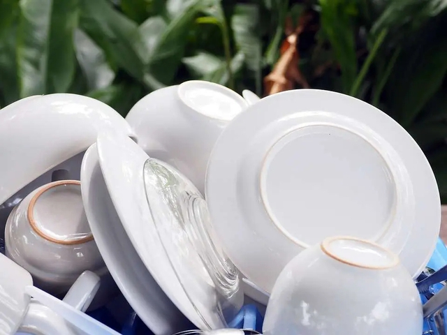 Rửa bát sai cách không khác gì nuôi cả ổ vi khuẩn trong nhà, ăn vào miệng là tự đầu độc bản thân: Chị em cần nhớ kỹ 5 sai lầm sau - Ảnh 1.