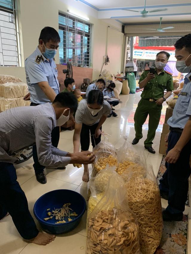 Phát hiện hàng trăm sản phẩm bánh trung thu không rõ nguồn gốc xuất xứ - Ảnh 2.