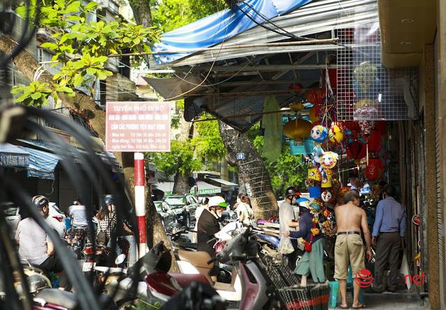 Phố Hàng Mã tất bật mở cửa bán hàng Trung thu - Ảnh 2.
