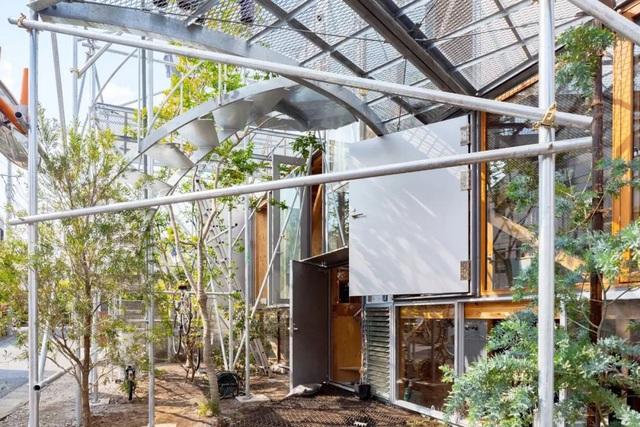 Gia đình ba thế hệ thiết kế ngôi nhà đặc biệt chỉ toàn ánh sáng và cây xanh ở Nhật Bản - Ảnh 2.
