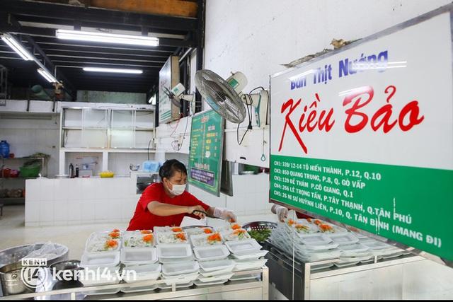 Người Sài Gòn rần rần đặt đồ ăn online: Quán xá chuẩn bị hàng trăm đơn, shipper hoạt động hết công suất mới kịp giao cho khách - Ảnh 1.